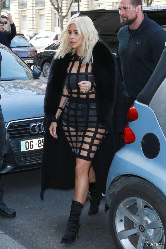 Kim Kardashian nous montre tout ou presque dans une tenue très transparente.