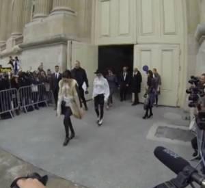 Kris Jenner éclipsée par sa fille Kendall Jenner à la Fashion Week de Paris.