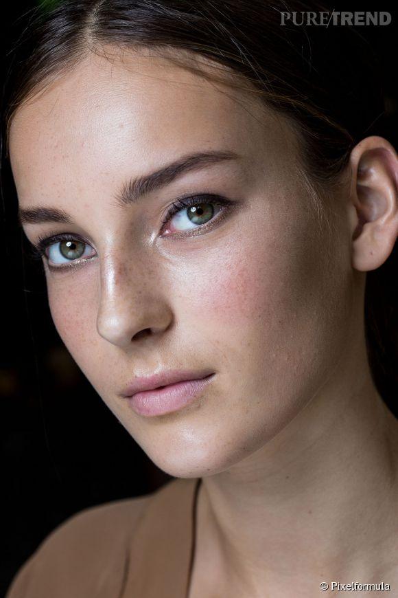 Idée maquillage mariage : un make up sensuel et naturel grâce à un trait d'eye-liner épais, un blush effet bonne mine, un teint velouté et des lèvres nude. Inspiration : défilé Gucci.