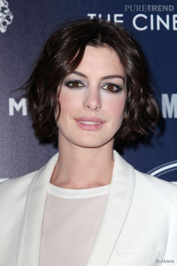 Comme Anne Hathaway le prouve, le wob ou carré flou est une coiffure wild et chic.