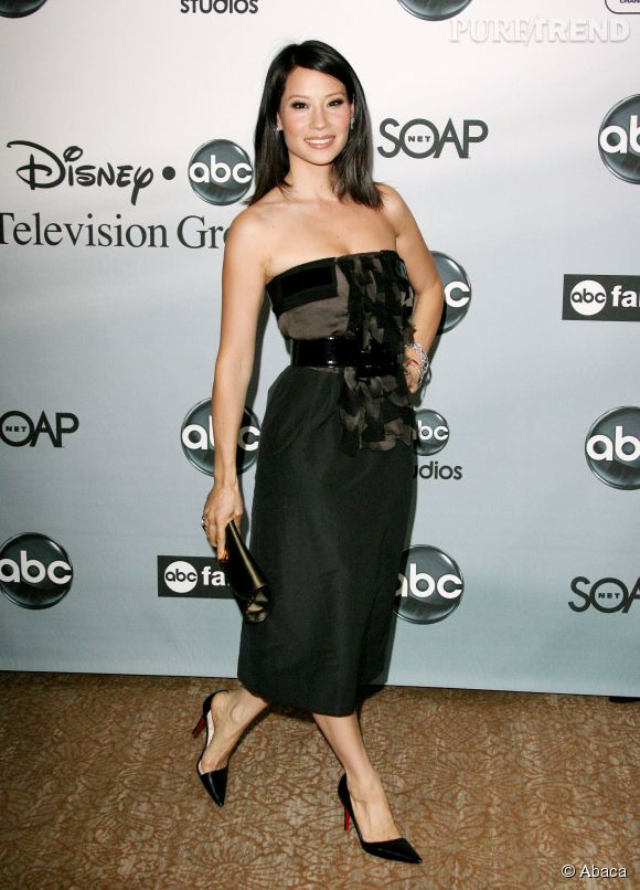 Lucy Liu canon dans sa robe bustier.