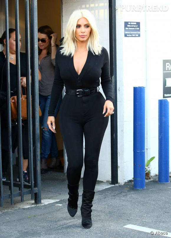 Kim Kardashian, plus moulée que jamais dans sa combinaison noire, hier à L.A.