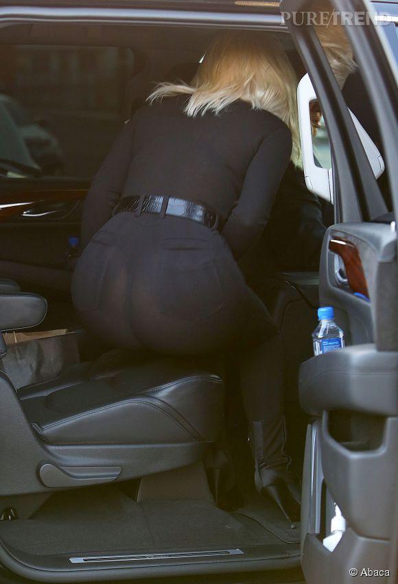 Kim Kardashian se penche est là c'est le drame : le string apparaît.
