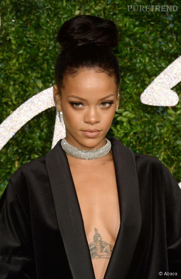 Envie d'un chignon facile à faire soi-même ? Copiez la coiffure XXL élégante de Rihanna.