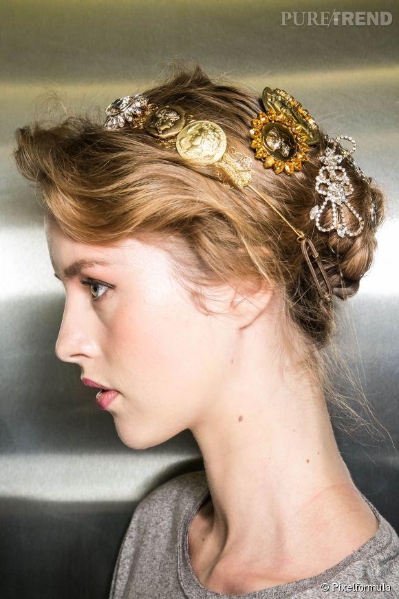 Le chignon flou est une coiffure romantique facile à faire ! Osez,la et  comme chez Dolce \u0026 Gabbana, accessoirisez,la pour une version soire easy  chic.