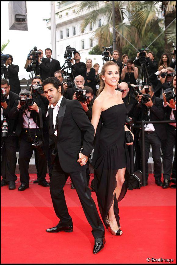 Sur le tapis rouge de Cannes, Mélissa Theuriau et Jamel Debbouze s'amusent comme des enfants en mai 2010.