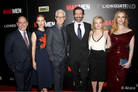 """Christina Hendricks éclipse toute l'équipe de """"Mad Men"""" sur le tapis rouge de New York."""