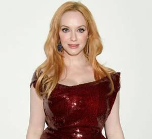 """Christina Hendricks, la bombe de """"Mad Men"""" éblouissante dans une robe rouge parcourue de sequins."""