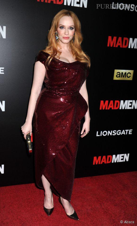 """Christina Hendricks dégaine le décolleté et exhibe ses nouveaux cheveux blonds sur le red carpet pour une réunion """"Mad Men""""."""