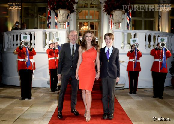 """Elizabeth Hurley à la première de """"The Royals"""", hier à Londres. La comédienne est venue accompagnée de son fils, Damian."""