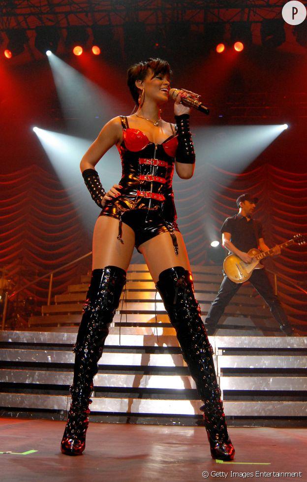 Rihanna choque avec une tenue de scène ambiance S&M cuir et jarretelle.