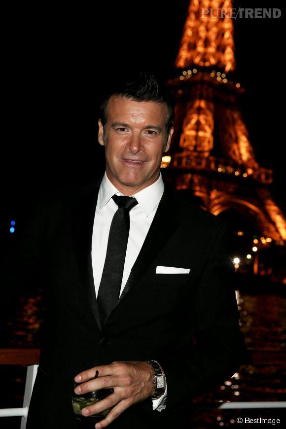 Beau gosse Roch Voisine devant la Tour Eiffel. Eh, t'as pas un 06 ?