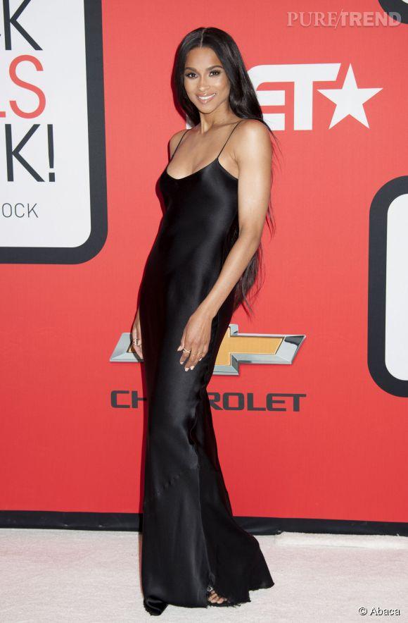 Ciara, à son arrivée à la soirée Black Girls Rock. Elle a retrouvé son corps de liane tout à fait épatant !