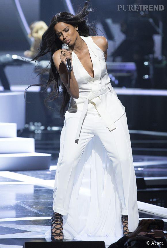 Ciara, en combinaison blanche pour sa performance sur scène.