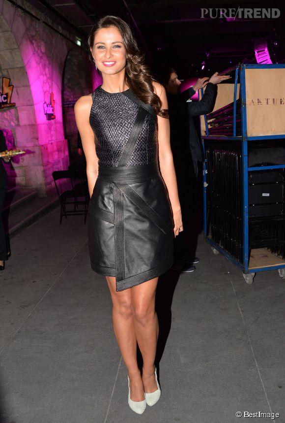 Malika Ménard, sexy dans sa petite robe noir en cuir.