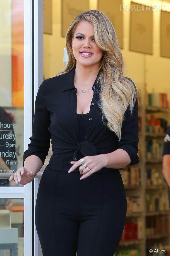 Khloe Kardashian, très maquillée et plus blonde que jamais.
