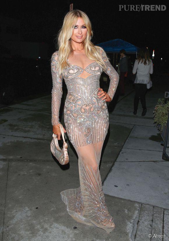 Paris Hilton fait honneur à son hôte dans une robe Charbel Zoe.
