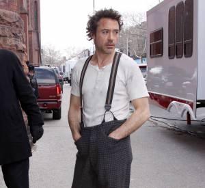 Robert Downey Jr dans les bretelles de Sherlock Holmes.