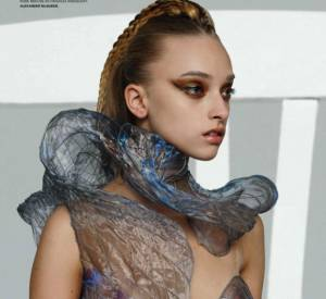 Coutures ondoyantes et coiffures postmodernes constituent l'essence du style Alexander McQueen pour l'été 2010 (L'Officiel de la Mode, décembre 2009).