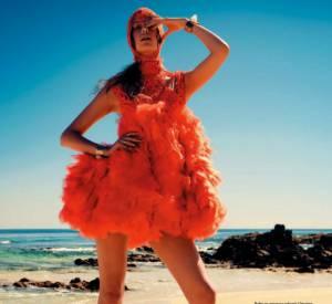 La virtuosité du prodige sur une plage de sable fin (L'Officiel de la Mode, mai 2012).