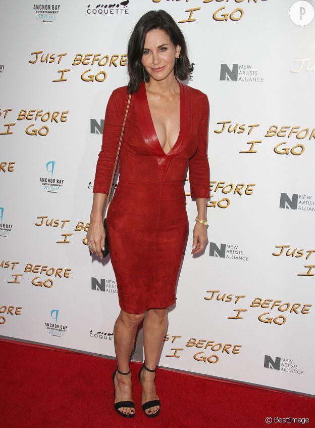 Courteney Cox : à 50 ans, elle sort le décolleté XXL dans une robe signée Jitrois Paris.