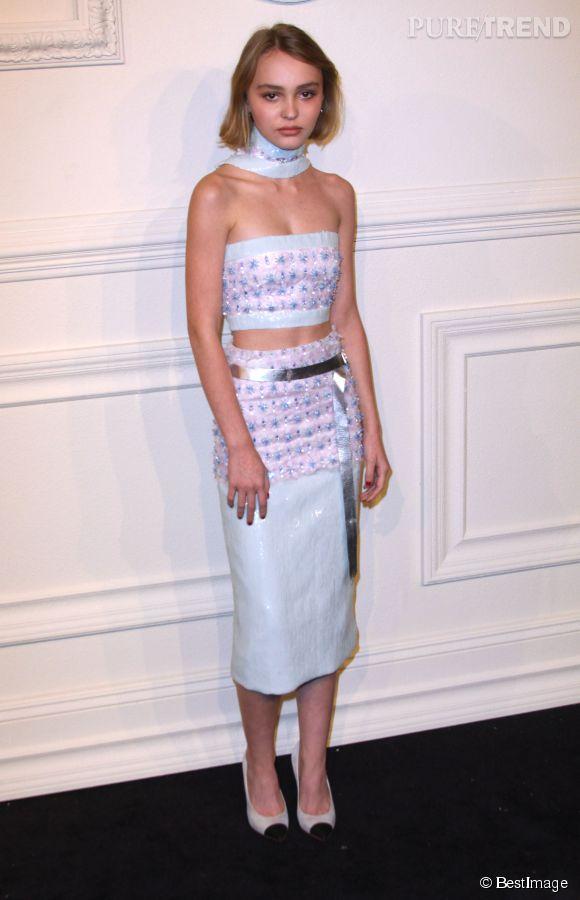 Lily-Rose Depp, pour la première fois sur le tapis rouge lors de la présentation de la pré-collection automne 2015 de Chanel, en mars dernier.