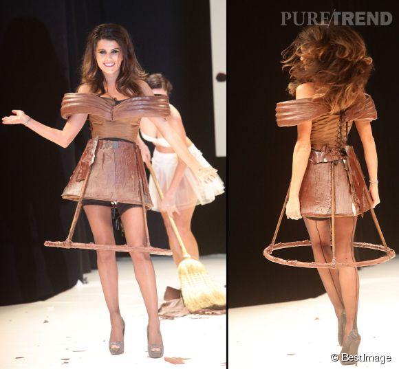 Karine Ferri récidive au Salon du chocolat et dévoile ses gambettes en octobre 2011 à Paris.