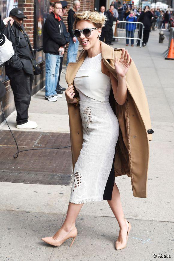 Scarlett Johansson nous balance tout son sex-appeal à la figure à l'entrée du talk-show de David Letterman !