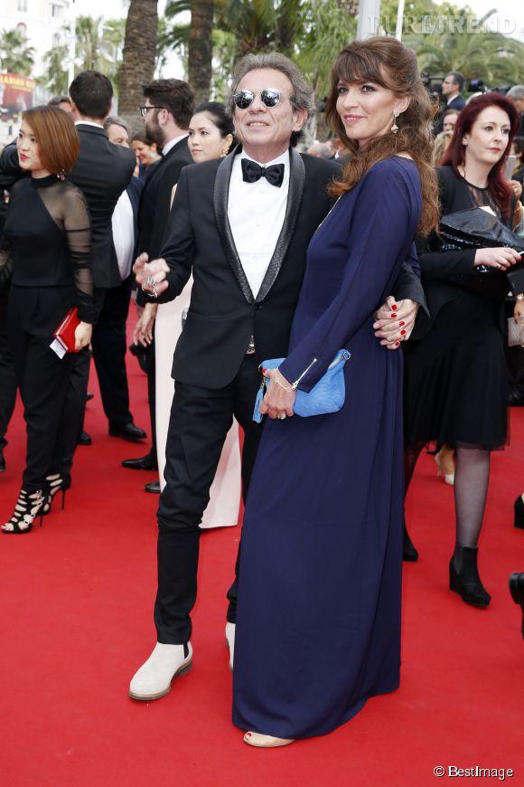 """Philippe Manoeuvre et sa femme Candice de la Richardière lors de la montée des marches de """"Mad Max : Fury Road"""" ce jeudi 14 mai 2015, au Festival de Cannes."""