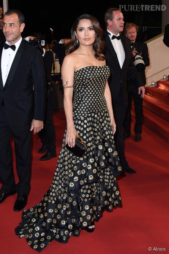 """Salma Hayek en Alexander McQueen lors de la montée des marches de """"Tale of Tales"""" ce jeudi 14 mai 2015, au Festival de Cannes."""