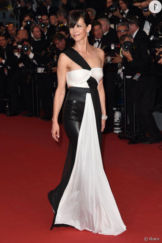 Sophie Marceau a osé le cuir dans cet ensemble signé Vionnet pour la montée des marches au Festival de Cannes, samedi 16 mai 2015.