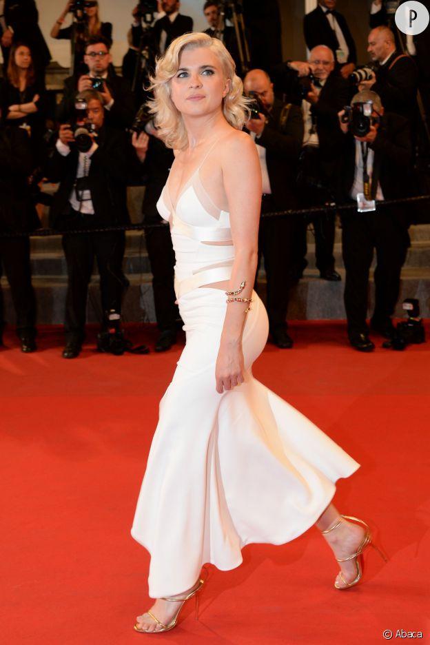 Cécile Cassel ultra sexy dans une robe nuisette décolletée et moulante clairement inspirée de Marilyn Monroe.