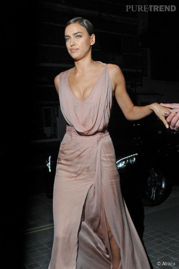 Irina Shayk, sexy dans sa robe de soirée.