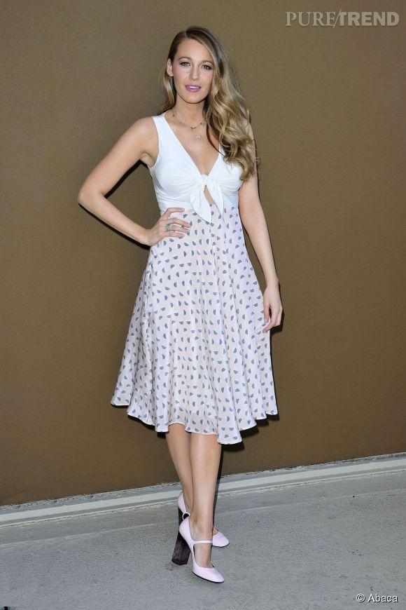 Le 12 mai 2015, Blake Lively pose avec la robe qu'elle a créée. Elle annoncé officiellement hier sur son compte Instagram qu'elle est en vente sur son site s.