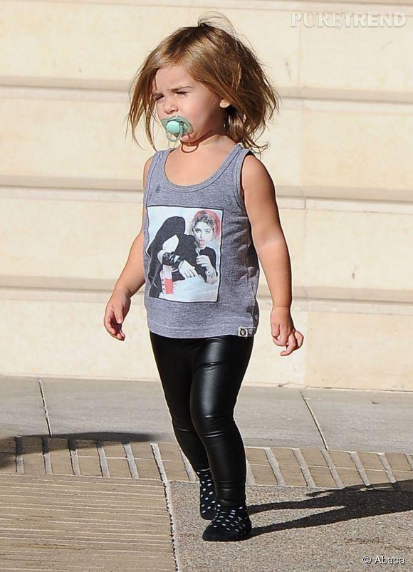 Penelope n'a pas l'air à l'aise dans son pantalon en cuir qui la boudine et sans chaussures pour marcher...