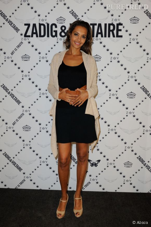 Karine Le Marchand adopte la petite robe noire et dévoile ses jolies jambes.