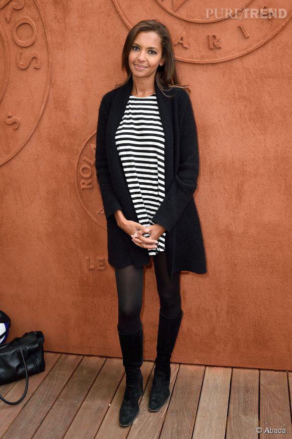 Karine Le Marchand porte souvent des robes courtes avec des collants et des bottes. Un ensemble classique qui lui va à merveille !