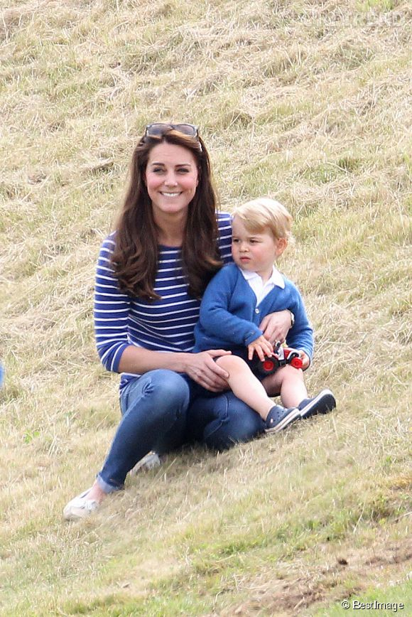 Kate Middleton, rayonnante avec son fils dans les bras.