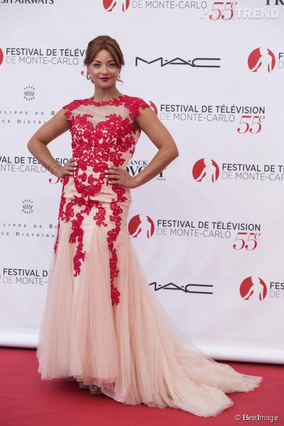 Priscilla Betti est habillée d'une robe Christophe Guillarmé.