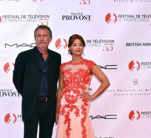 Priscilla Betti pose aux côtés de Bruno Wolkowitch.