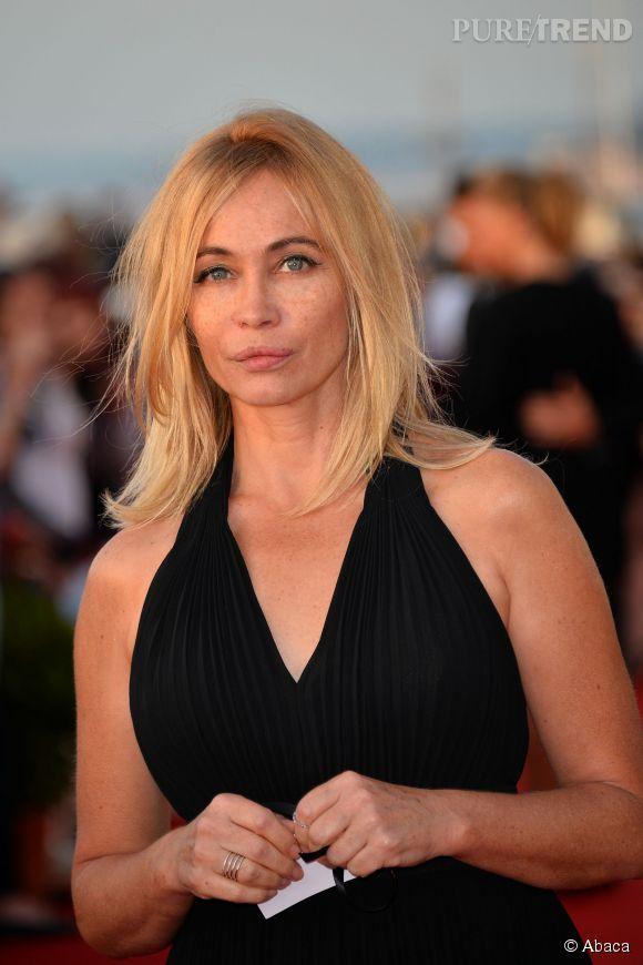 Emmanuelle Béart adopte une mise en beauté légère, laissant apparaitre ses taches de rousseur en transparence. On adore !