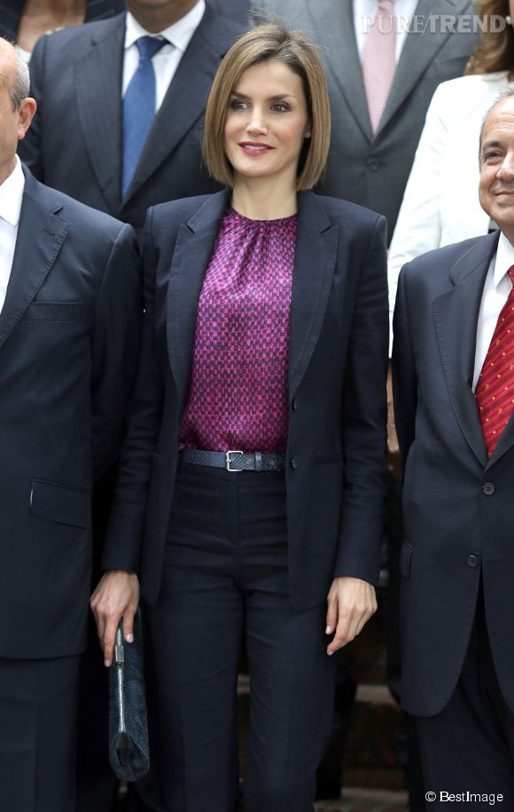 Letizia d'Espagne, impeccable dans son tailleur noir et son haut coloré.
