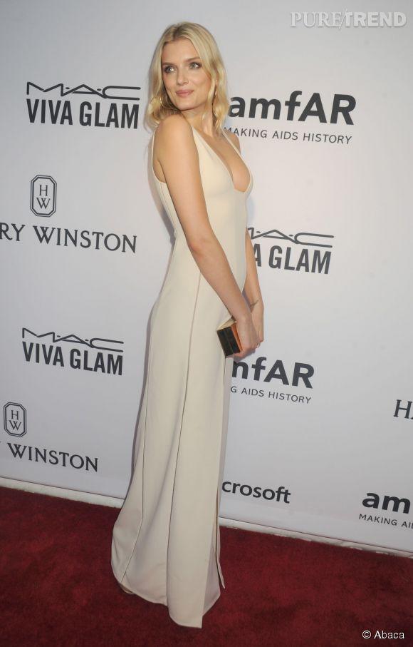 Lily Donaldson, le sex-appeal à fleur de peau au gala de l'amfAR de New York le 16 juin 2015.