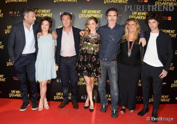 Alice Issaz entourée de toute l'équipe du film : Vincent Cassel, Lola Le Lann, François Cluzet, Jean-François Richet et Lisa Azuelos.