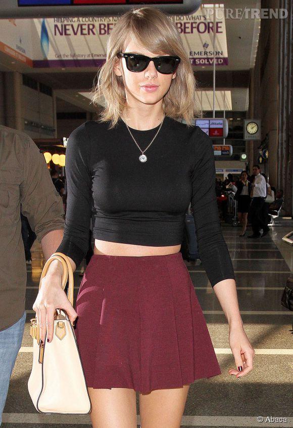 Taylor Swift, chic dans un ensemble bicolore à l'aéroport de LAX.