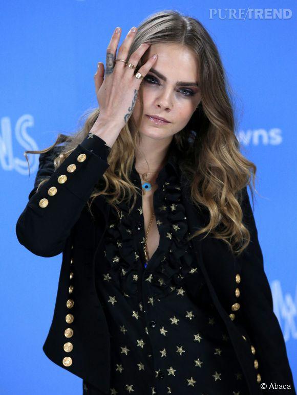 """Cara Delevingne a commencé depuis le début de la semaine la promotion du film """"La face cachée de Margo""""."""