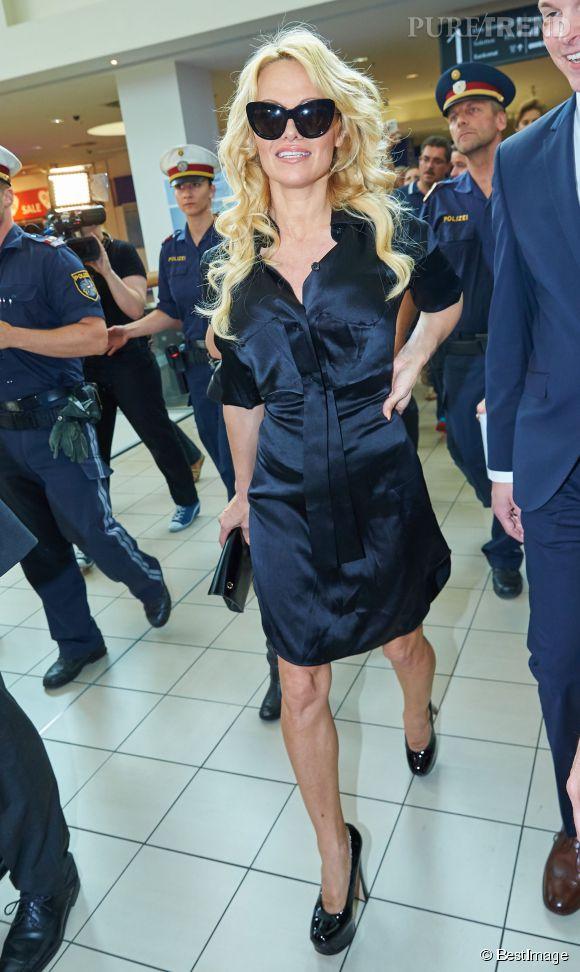 Pamela Anderson a retrouvé son style d'antan : extensions et talons plate-formes de stripteaseuse sont au rendez-vous.