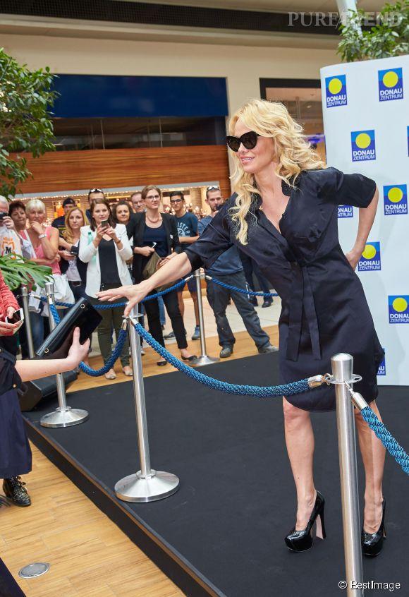 Pamela Anderson a fait sensation en apparaissant quelques instants dans un centre commercial autrichien.