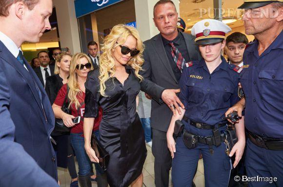 Pamela Anderson a mis en émoi le service de sécurité du centre commercial.
