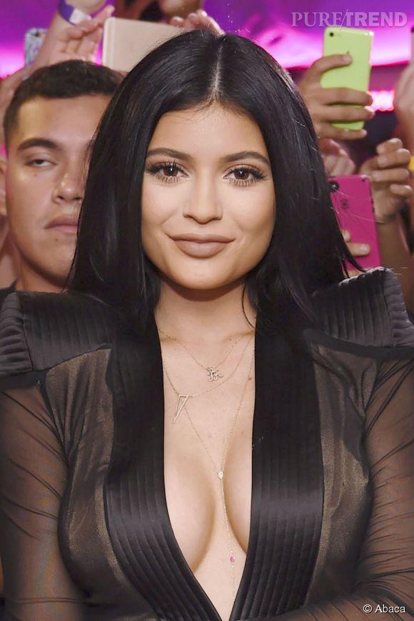 """Kylie Jenner fête l'ouverture de la boutique """"Sugar Factory"""", avec un décolleté vertigineux à Miami le vendredi 19 juin 2015."""